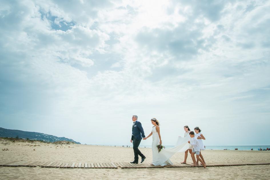 novios en playa de Zahara